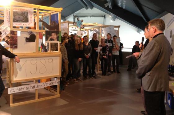 Ausstellungseröffnung durch Volker Bausch (Direktor der Point Alpha Stiftung) und Dr. Martin Kirsch (Vorstandsmitglied translations e.V.) (v.r.n.l.) in der Gedenkstätte Point Alpha, Geisa