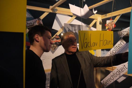 Impressionen der Ausstellungseröffnung: Schüler der Rhön-Ulstertal-Schule erklären Herrn Volker Bausch ihr Konzept der Transformation-Box (v.l.n.r.)