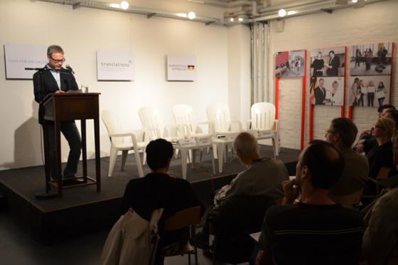 Begrüßung zur Filmpremiere und Projektpräsentation durch Peter Wellach (Vorstandsmitglied translations e.V.) in der Literaturwerkstatt der Kulturbrauerei, Berlin